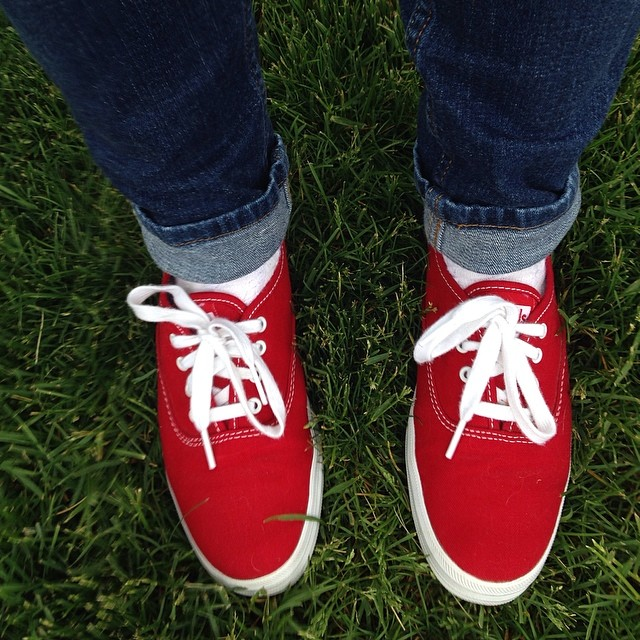 How to wear red tennis shoes