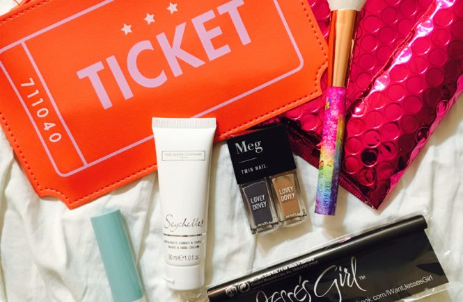 From the cutest ticket shaped makeup bag to a Lisa Frank blush brush and a minty lip balm, the April 2017 Ipsy Glam Bag did not disappoint.